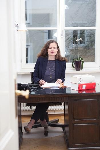 Fachanwältin für Familienrecht Nicola Fleischmann in ihrer Kanzlei